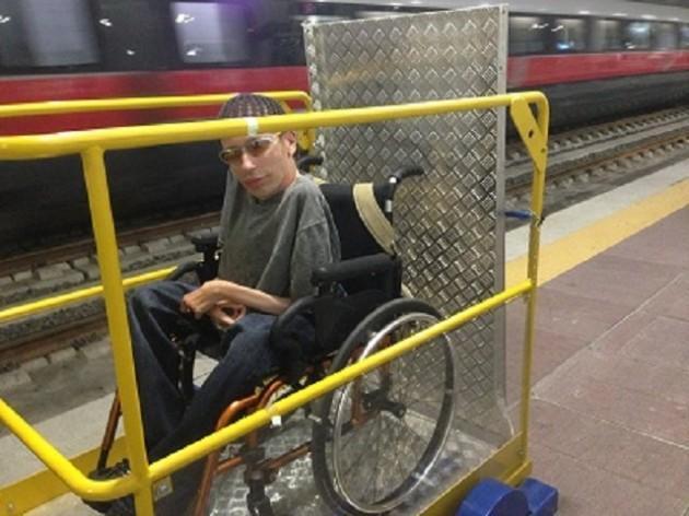 Treno e sedia rotelle